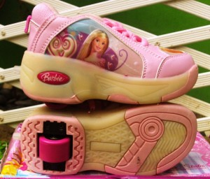 sepatu roda barbie pink 300x256 Sepatu Roda Anak Karakter