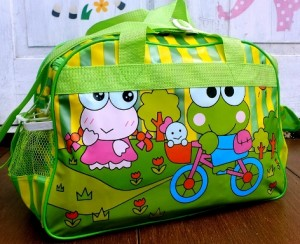 tas travel renang keropi hijau rz 300x244 Tas Travel Transparan